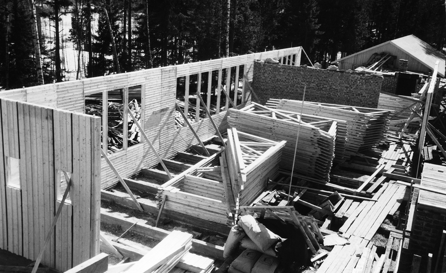 Black and white photo of Maununneva school in construction. The walls are almost put up and the foundations are done.